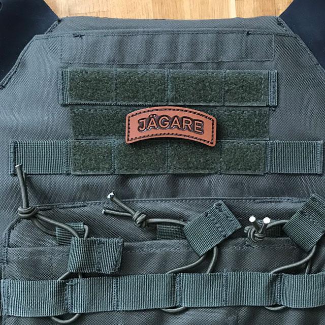 En JÄGARE Leather Hook Patch i finaste läder monterad på en stridsväst.