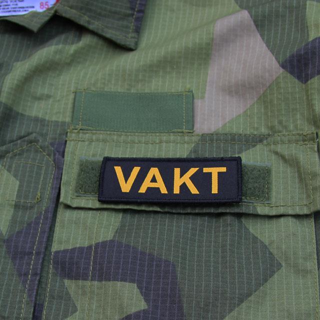 VAKT Kardborremärke på fickan på en M90 jacka.