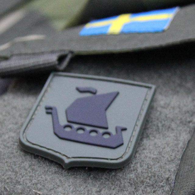 Närbild av ett Vikingship Shield Hook PVC Green/Black Patch märke.