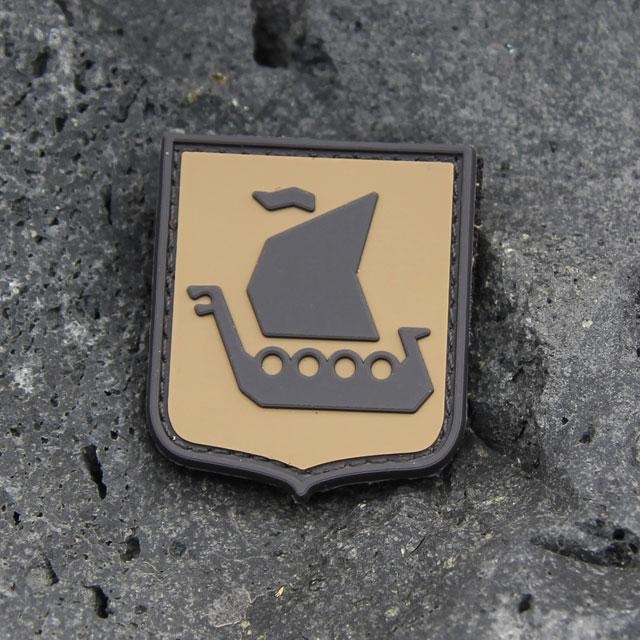 Ett Vikingship Shield Hook PVC Desert Patch märke med berg i bakgrunden.