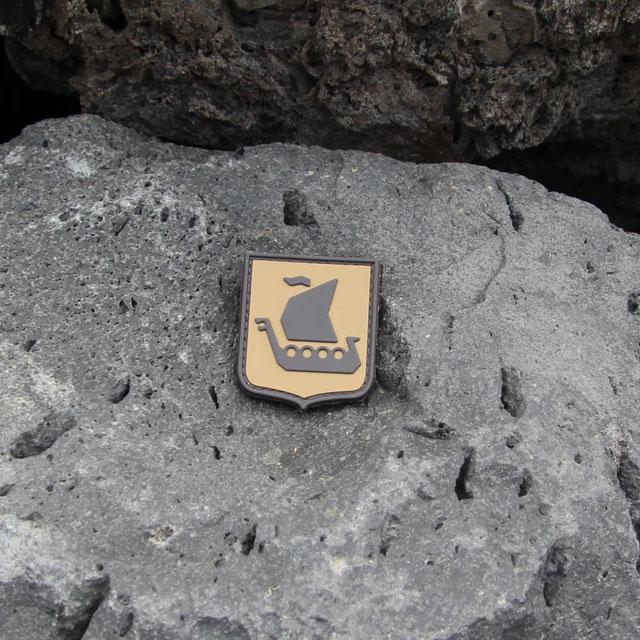 Berg och ett Vikingship Shield Hook PVC Desert Patch märke.