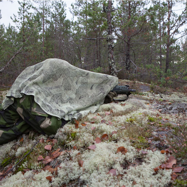 Reversed whiter side of a Scrim Scarf M90 is showing it self useful in Swedish white moss environment.