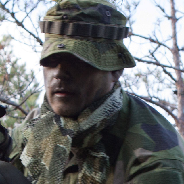 A Scrim Scarf M90 is worn around the neck together use of M90 camouflage clothing.