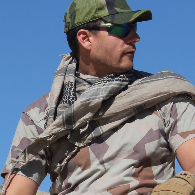 A Shemagh Khaki/Black is worn together with a M90K Desert s-hirt during desert photoshoot.
