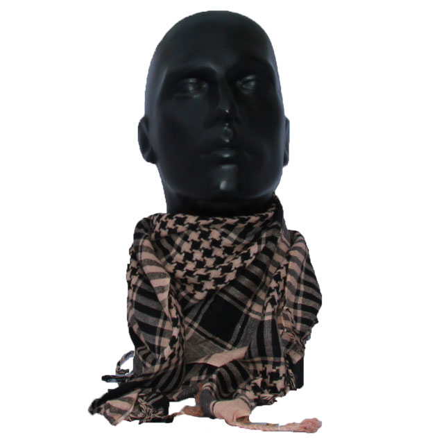 Mannequin wearing a Shemagh Delta Sand/Black.