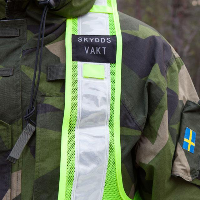 Skyddsvakt Reflexsväst har gott om reflekterande detaljer.
