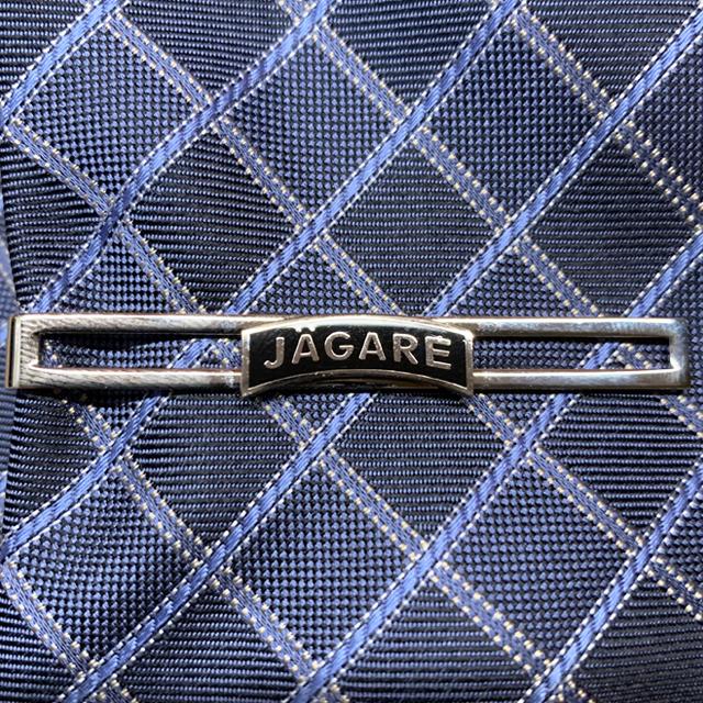 Slipshållare JÄGARE Silver på en rutig och blå slips