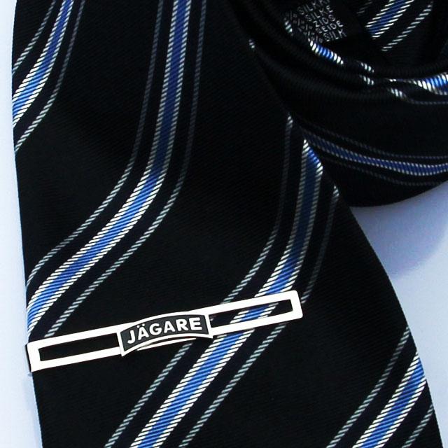 Slipshållare JÄGARE Silver monterad på slips.