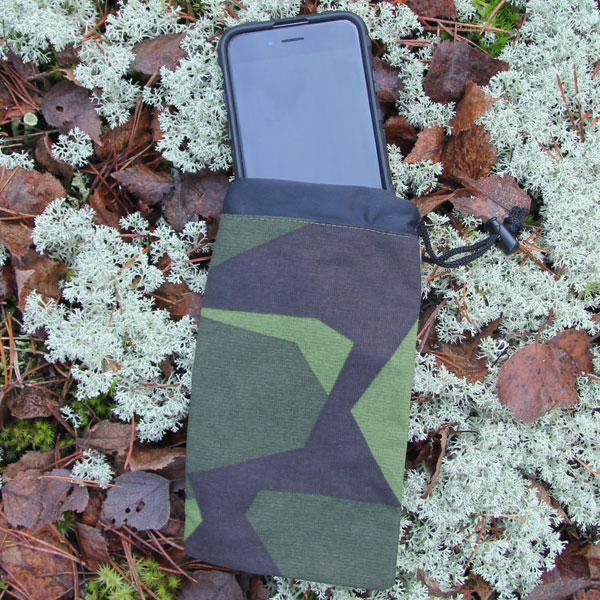 The popular Smartphone Bag M90 and a Iphone XS on the Swedish forest floor!