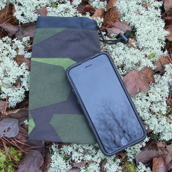 A Smartphone Bag M90 laying on white moss in the Swedish autumn scenery.