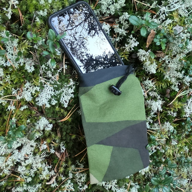 A Smartphone Bag M90 and a Iphone XS on the Swedish forest floor!