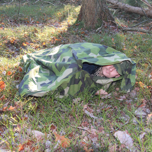Down in the tube configuration of the Tarp Poncho M90 you are shielded from wind and snow.
