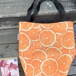 Kasse stor med apelsiner