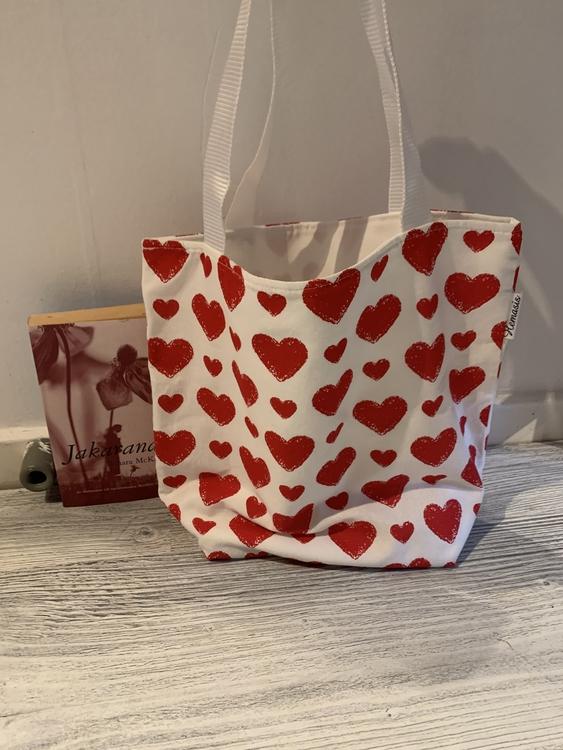 Kasse medium med hjärtan