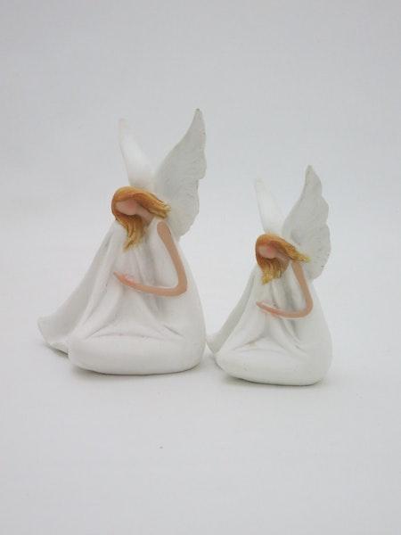 Ängel Lilja vit sittande