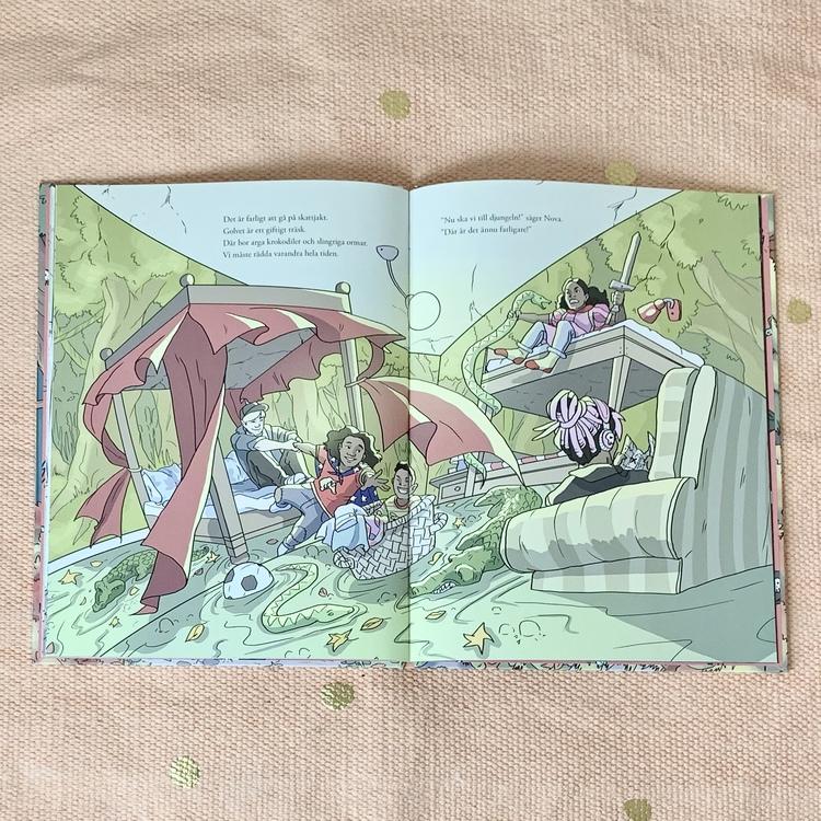 Bilderboken Nu leker vi!. Författare Sara Bergman Elfgren, illustratör Maria Fröhlich, förlag Rabén & Sjögren. Mångfald bland karaktärerna, mixad familj och barn med mörk hy är representerade.