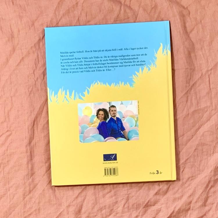 Bilderboken Melvin möter Vildis och Tildis. Författare Anna Munyua, Illustratör Johan Eriksson, Avaltea förlag. Mångfald bland karaktärerna där barn med mörk hy är representerade, barn i rullstol är o