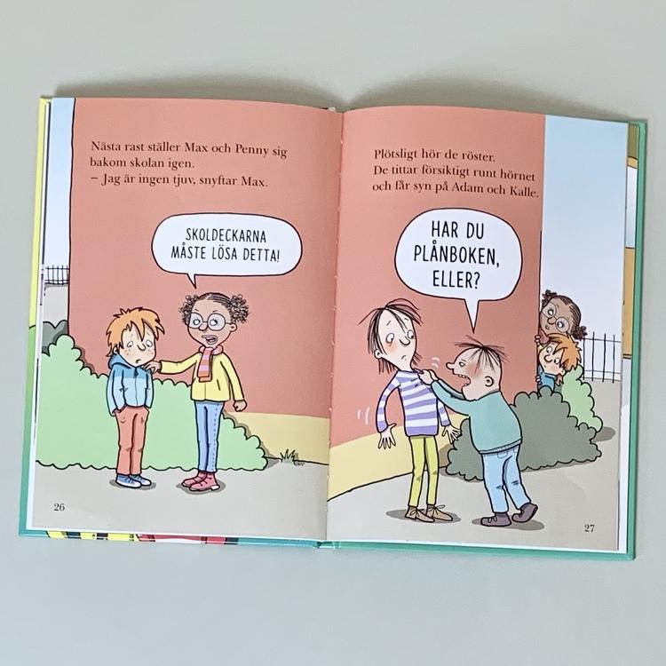 Barnboken Den stulna plånboken med skoldeckarna. Författare Lena Lilleste, Illustratör Lena Forsman , Rabén & Sjögren förlag. Mångfald bland karaktärerna där där barn med brun hy är representerade.