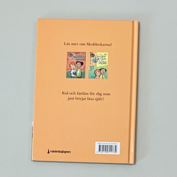 Barnbok Brandlarmet med skoldeckarna, mångfald bland karaktärerna, barn med mörk hy representerade. Författare Lena Lilleste & Lena Forsman, Rabén o& Sjögren