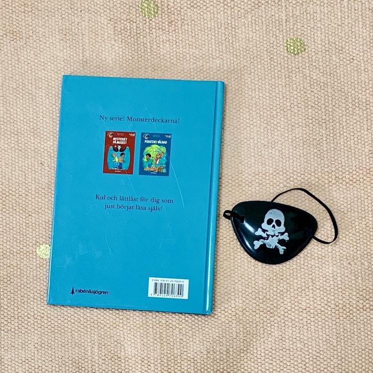 Barnboken Piratens vålnad med monsterdeckarna, hänsyn till mångfald i boken där barn med mörk hy är representerade. Författare Mårten Melin och Jimmy Wallin, Rabén & Sjögren