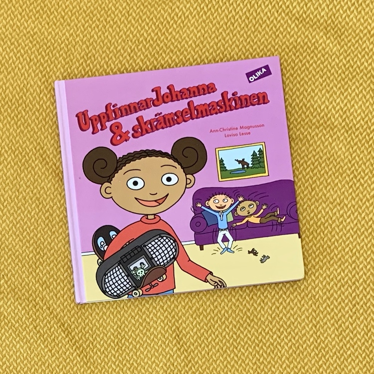 Titel UppfinnarJohanna & skrämselmaskinen, författare Ann-Christine Magnusson, illustratör Lovisa lesse, Olika förlag. mångfald bland karaktärerna, bruna barn representerade.