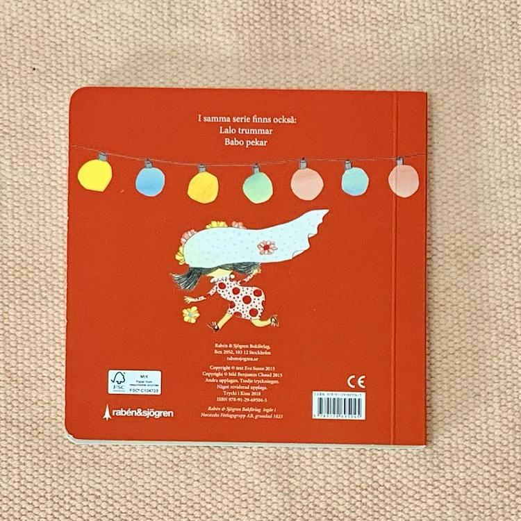 Barnbok Binta dansar, författare Eva Susso, Illustratör Benjamin Chaud, Rabén & Sjögren. Mångfald bland karaktärer där barn med mörk hy är representerade, mixad familj och mixade barn.