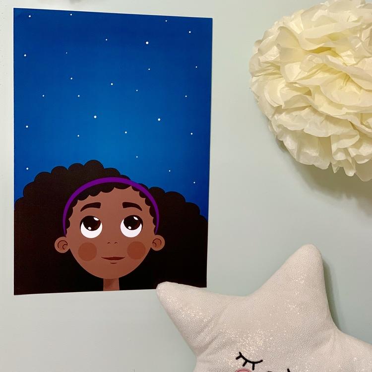 Poster, tavla som passar till barnrum. Flicka med brun hy som representerar mörkhyade barn.