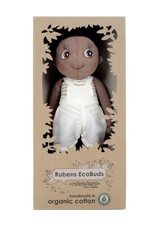 Rubens Ecobuds Fern, en mjuk ekologisk pojkdocka för de minsta barnen från varumärket Rubens Barn. Docka med brun hy som representerar mörkhyade barn.