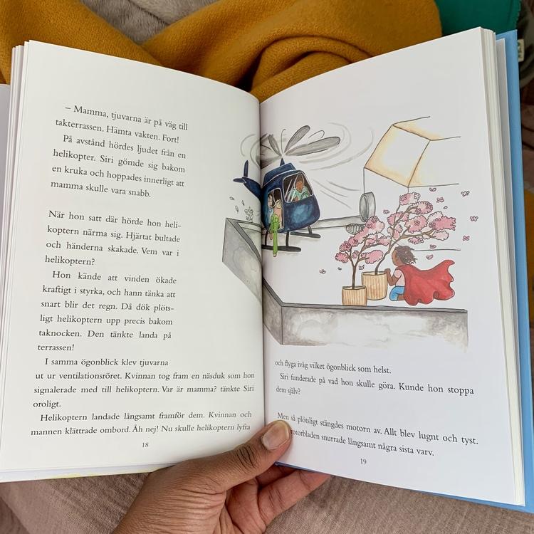 Barnbok Siri, rymlingen och smugglarringen. Mångfald bland karaktärerna där mörkhyade barn och adopterade barn är representerade. Författare Katarina de Verdier, Illustratör Alba Smitterberg Rosvall