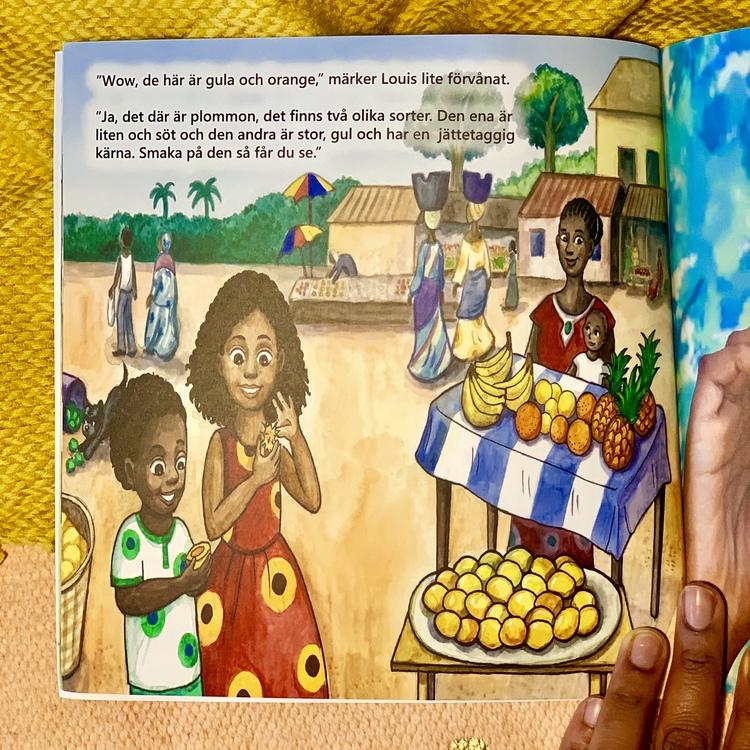 Barnbok Smaka på frukterna, författare Emily Joof. Mångkultur och barnbok som utspelar sig i Gambia. Mångfald bland karaktärerna där barn och vuxna med mörk hy är representerade i boken