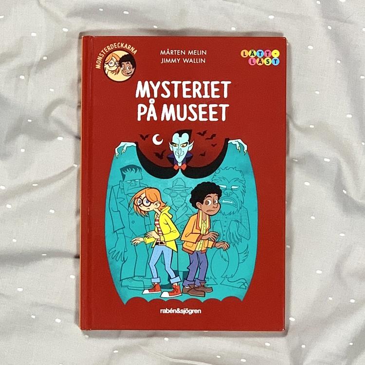 Lätt att läsa bok: Mysteriet på museet med Monsterdeckarna. Mångfald bland karaktärerna där barn med mörk hy är representerade. Författare Mårten Melin, Illustratör Jimmy Wallin, Rabén & Sjögren förla