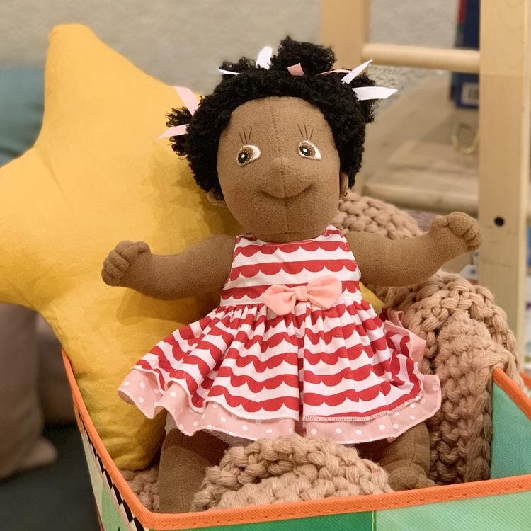 Docka Rubens kids Lollo från Rubens barn, docka med brun hy vilket representerar mörkhyade barn.