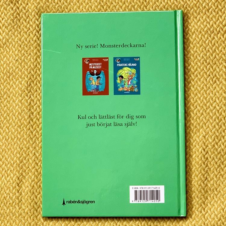 Lätt att läsa bok: Jätteödlans hemlighet med Monsterdeckarna. Mångfald bland karaktärerna där barn med mörk hy är representerade. Författare Mårten Melin, Illustratör Jimmy Wallin, Rabén & Sjögren för