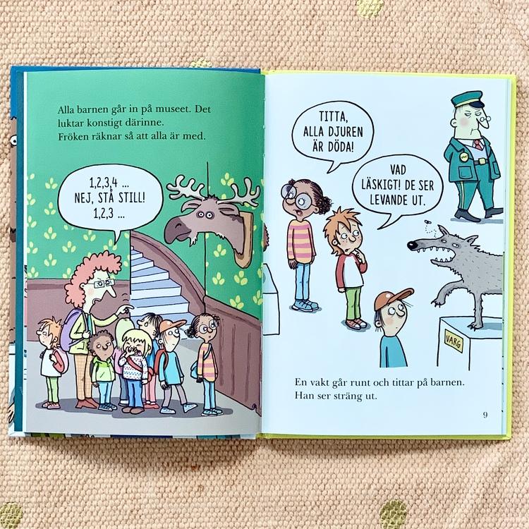 Boken det mystiska paketet, är en lättläst bok om skoldeckarna, inkluderande bok med mörkhyade karaktärer. Bok från 6 år, spännande bok för barn.