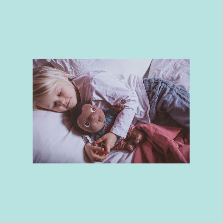 Rubens barn Rubens Tummies Kelvin, ekologisk handgjord docka, en brun mjuk pojkdocka. docka med uttagbar vetekudde.