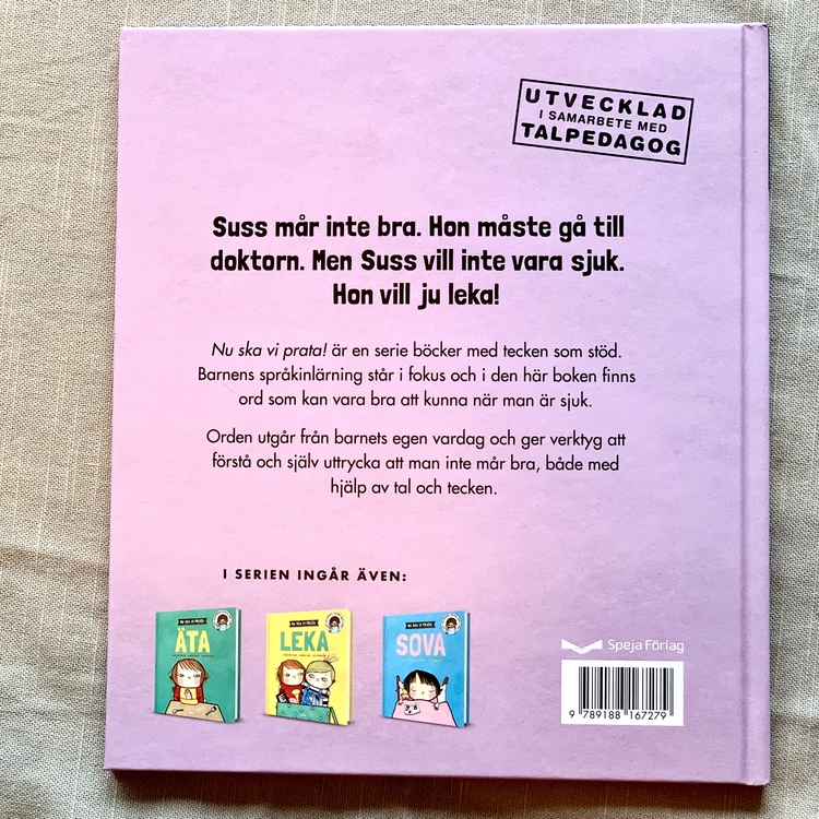 Nu ska vi prata! Sjuk. Bok med språkinlärning i fokus från 1 år. Bilderbok som även har med stödtecken för att hjälpa barnets språkinlärning.
