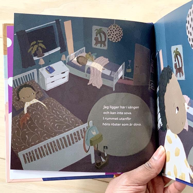 Bilderbok När vi sover, för barn från 1 år från Olika förlag. Inkluderande bok med mångfald bland karaktärerna.
