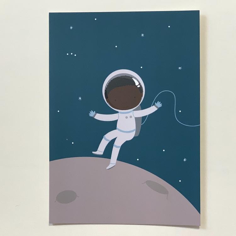 Vykort på en astronaut med brun hy, ett inkluderande kort som kan användas till grattiskort, vykort och till väggen.