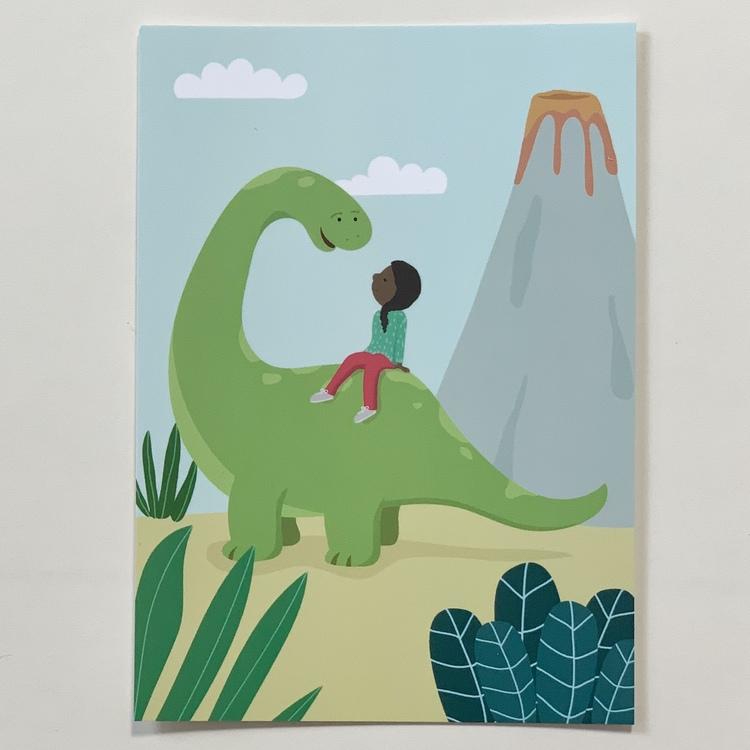 Vykort på en ett barn med brun hy på en dinosaurie, ett inkluderande kort som kan användas till grattiskort, vykort och till väggen.
