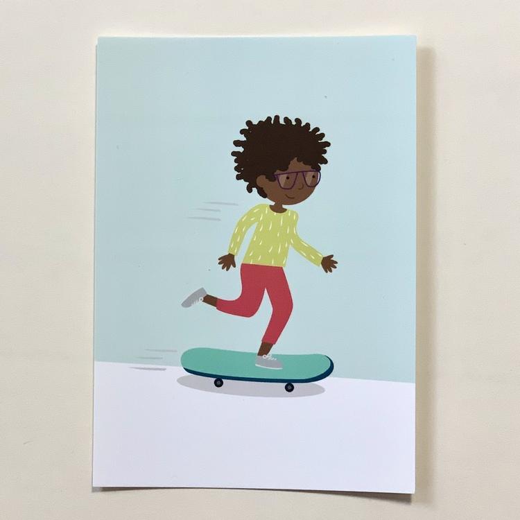 Vykort på ett barn med brun hy som åker skateboard, ett inkluderande kort som kan användas till grattiskort, vykort och till väggen.