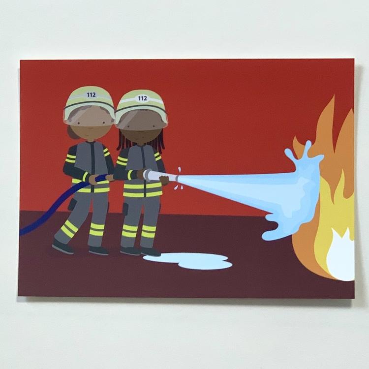 Vykort på två brandmän med brun hy som släcker en eld, ett inkluderande kort som kan användas till grattiskort, vykort och till väggen.
