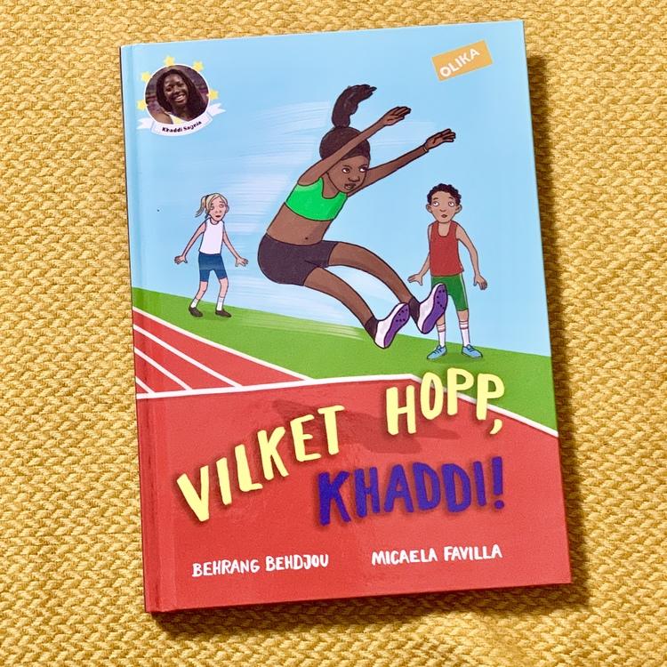 Vilket hopp, Khaddi! en en mysig kapitelbok från Olika förlag. En bok om friidrott och vänskap. En inkluderande barnbok som hyllar mångfald .