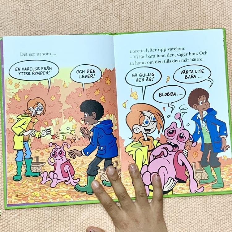 Lättläst bok Attack från Yttre rymden, bra bok att öva på läsning. Mångfald i boken med olika hudfärger. Senaste boken om Monsterdeckarna.