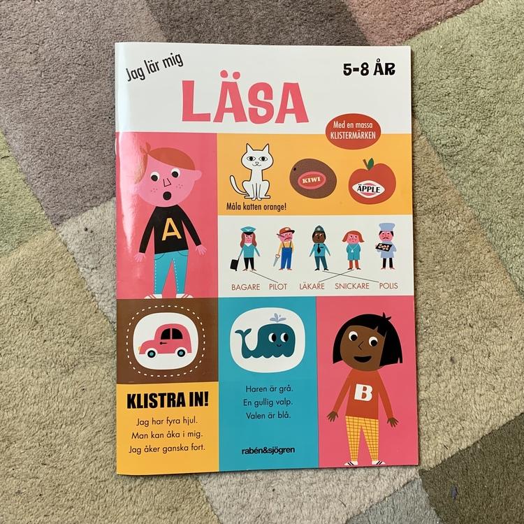 Jag lär mig läsa, en pysselbok för att öva på att läsa. En rolig present till barn som ska börja skolan.