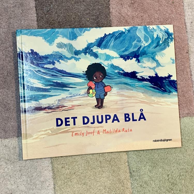 Det djupa blå, en härlig bilderbok skriven av Emily Joof. En fin bok om rädsla för vatten med härliga illustrationer. En inkluderande barnbok med representation av mörkhyade personer.