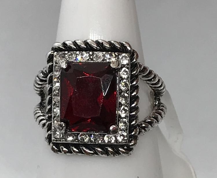 Ring med stor röd kristall 17 mm