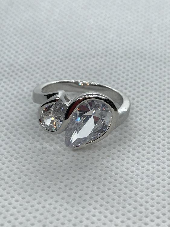 Ring med vita kristaller 17 mm