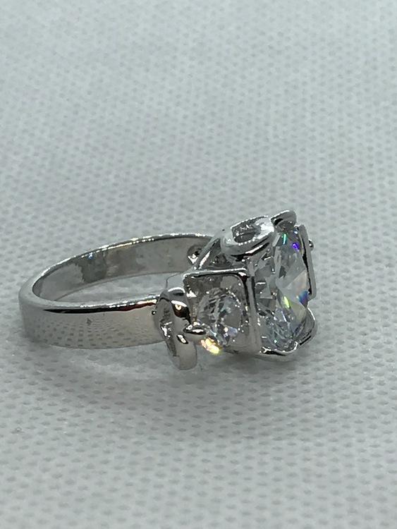 Ring med vita kristaller 16 mm