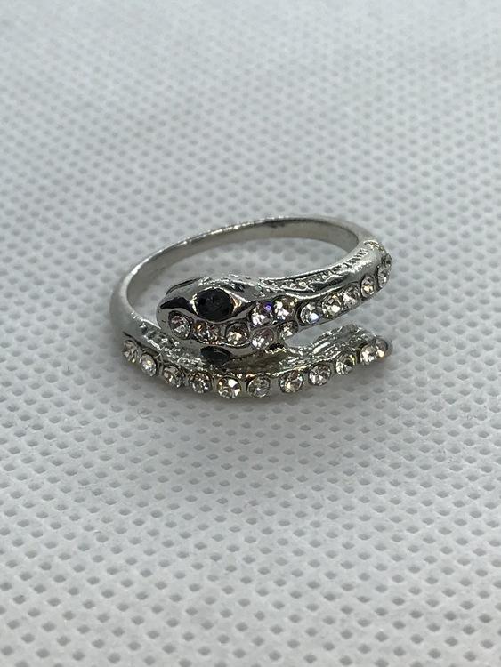 Ring orm, med vita kristaller 16.5 mm