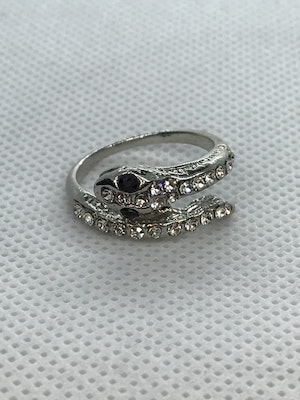 Ring orm, med vita kristaller 16.5 mm